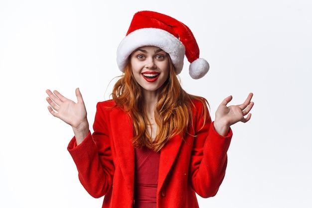Mulher alegre vestida de papai noel divertido feriado moda natal