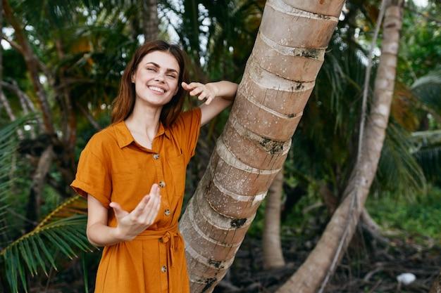 Mulher alegre viajando ilha palmeira trópicos natureza