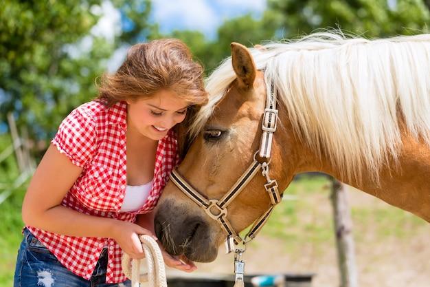 Mulher, alimentação, cavalo, ligado, pônei, fazenda