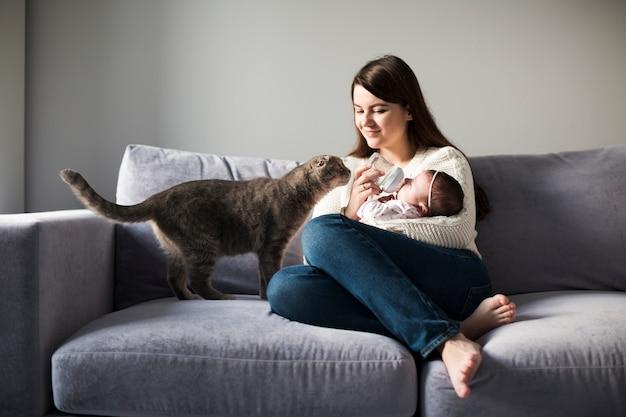 Mulher, alimentação, criança, ligado, sofá