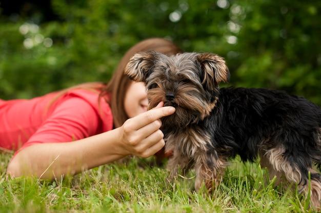 Mulher alimentando cachorro