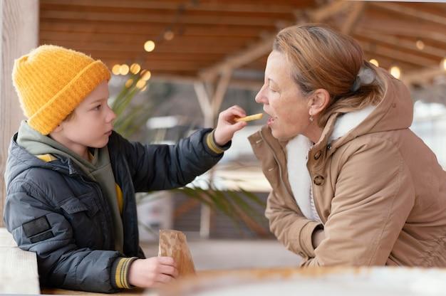 Mulher alimentando criança com tiro médio