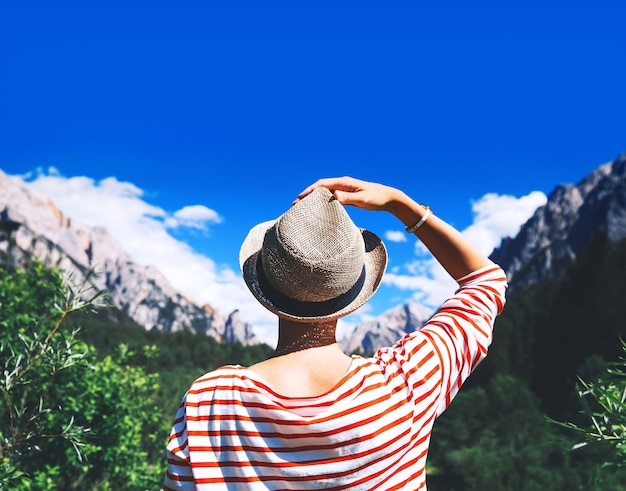 Mulher alpinista ao ar livre na natureza viagem nas dolomitas itália europa férias de verão no tirol do sul