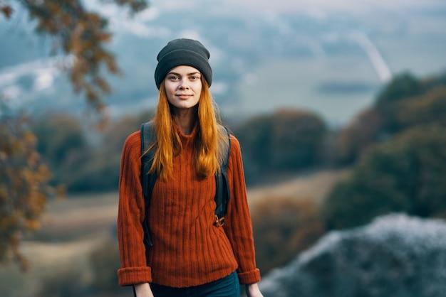 Mulher alpinista com mochila nas montanhas, liberdade, paisagem, ar fresco, viajou