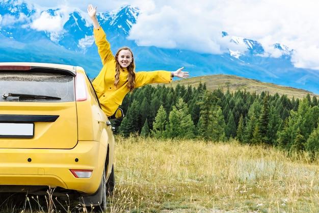Mulher alpinista de carro nas montanhas