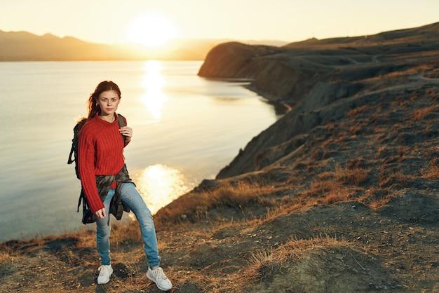 Mulher alpinista mochila montanhas rochosas paisagem pôr do sol aventura