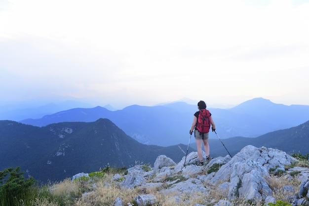 Mulher alpinista olhando a paisagem