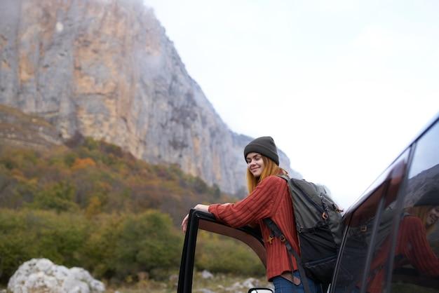 Mulher alpinista perto de montanhas de natureza viagem de carro