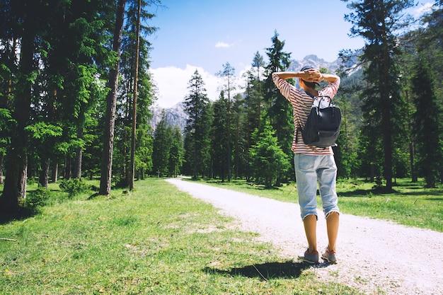 Mulher alpinista relaxando ao ar livre na natureza viagem nas dolomitas itália europa férias de verão