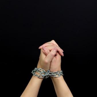 Mulher amarrada vítima de violência doméstica e conceito de abuso