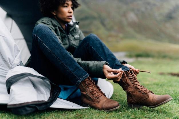 Mulher, amarrando, dela, shoelaces, por, dela, barraca