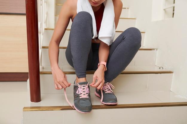 Mulher amarrar cadarços de sapato