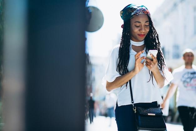 Mulher americana africana, com, telefone
