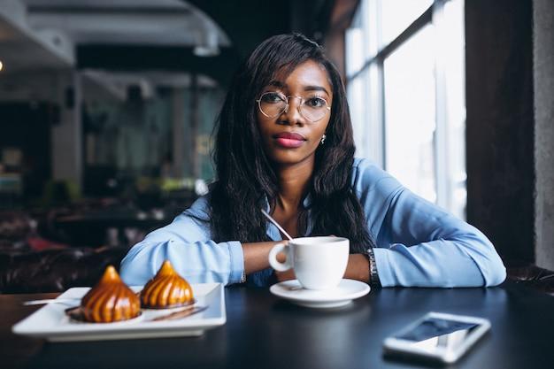 Mulher americana africana, comer, sobremesa