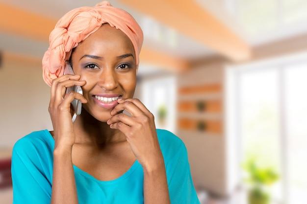 Mulher americana africana, falando, e, texting