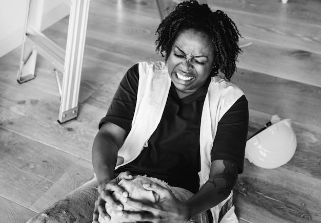 Mulher americana africana, ferido, dela, joelho