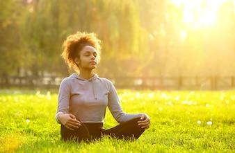 Mulher americana africana, meditar, em, natureza