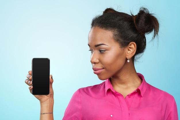 Mulher americana africana, mostrando, um, telefone móvel