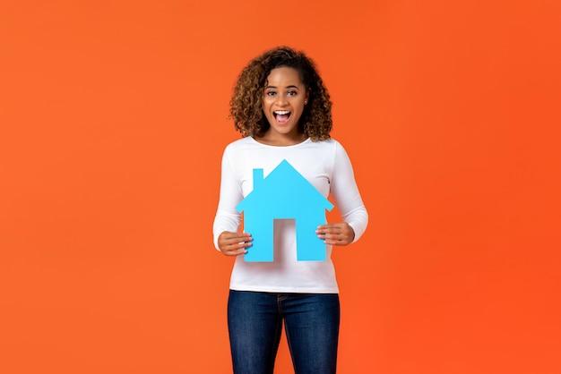 Mulher americana africana, segurando, casa, modelo