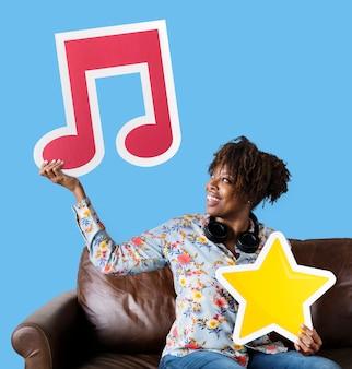 Mulher americana africana, segurando, um, nota musical