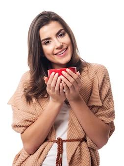 Mulher amigável com uma xícara de café vermelha