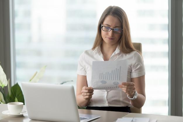 Mulher, analisando, baixo, financeiro, indicadores