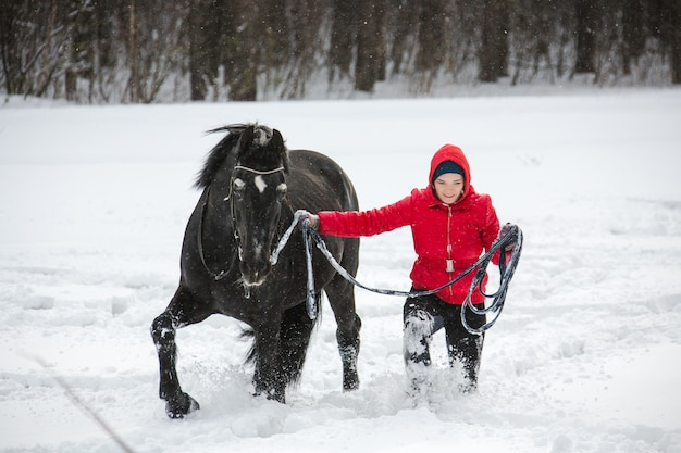 Mulher andando a cavalo na estocada