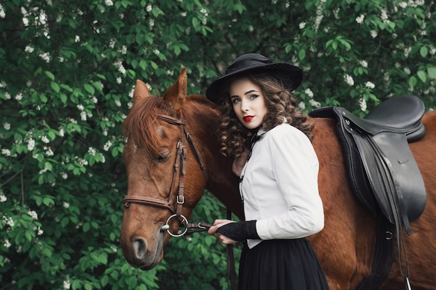 Mulher andando com cavalo