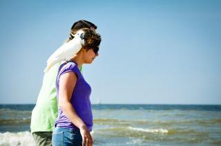 Mulher andando com papagaio no ombro
