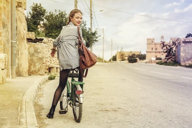 Mulher andando com uma bicicleta