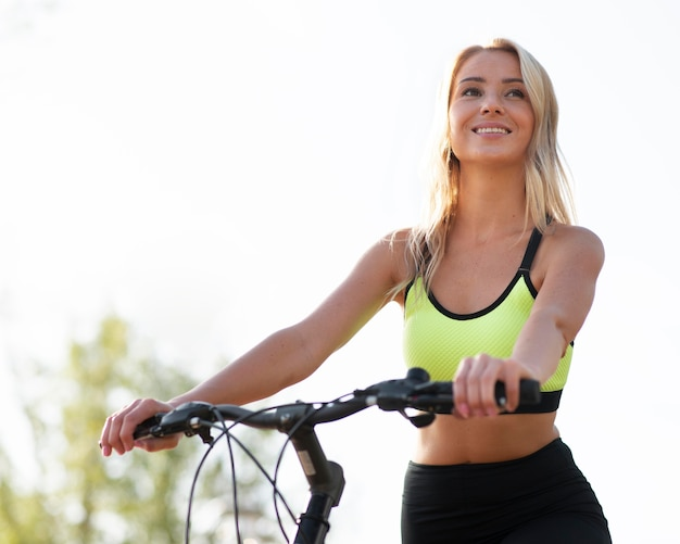 Mulher andando de bicicleta com visão baixa