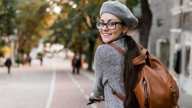 Mulher andando de bicicleta por trás do tiro