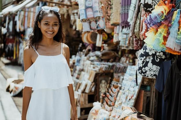 Mulher andando e olhando ao redor na loja de souvenirs