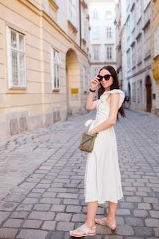 Mulher andando na cidade. jovem atrativos turísticos ao ar livre na cidade europeia