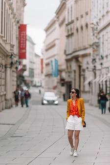 Mulher andando na cidade. jovem atrativos turísticos ao ar livre na cidade italiana