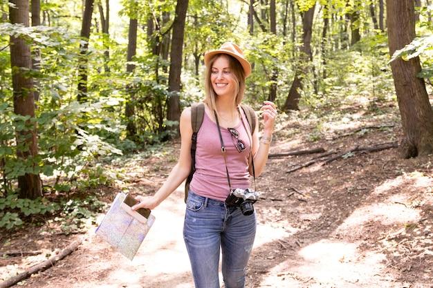 Mulher andando na floresta e olhando para longe