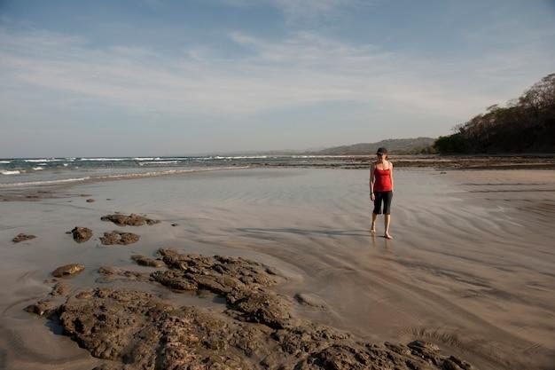 Mulher andando na praia, san jose costa rica