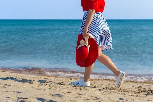 Mulher andando na praia
