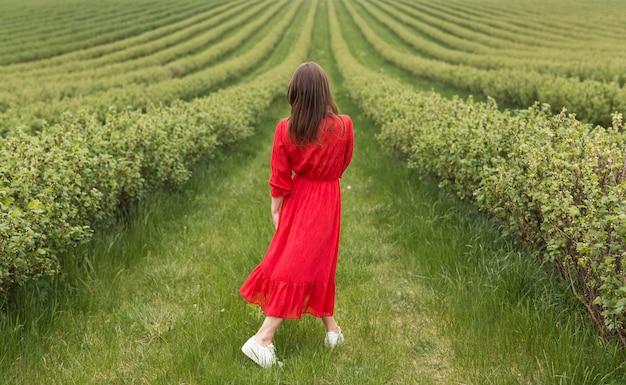 Mulher andando no campo