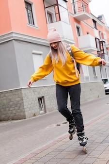 Mulher andar de patins com gorro