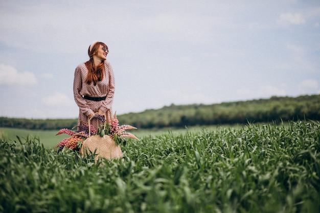 Mulher, andar, em, um, campo, com, lupinuses