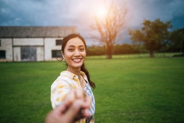Mulher, andar, ligado, romanticos, boas festas, segurando mão, de, namorado, seguir, dela