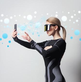 Mulher android em óculos de vr e celular em branco.