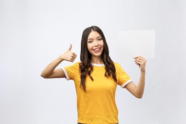 Mulher animada com o polegar para cima com cartaz em branco