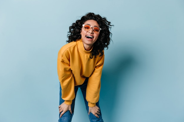 Mulher animada de jeans rindo na frente
