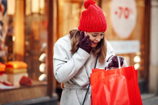 Mulher animada falando sobre o que comprou
