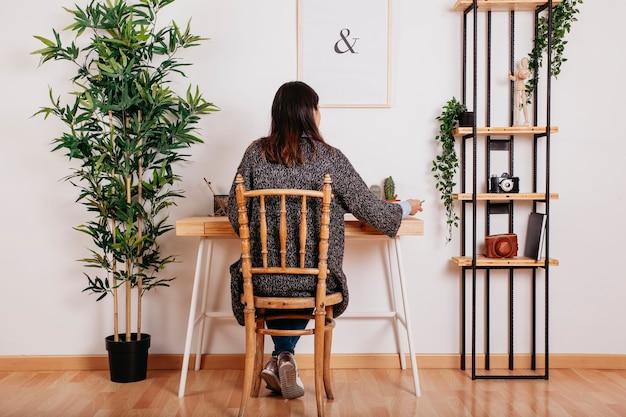 Mulher anônima que estuda no quarto moderno
