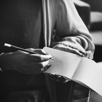 Mulher, anote notas, em, um, caderno