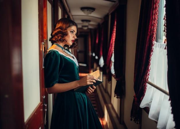 Mulher antiquada viaja, trem retrô