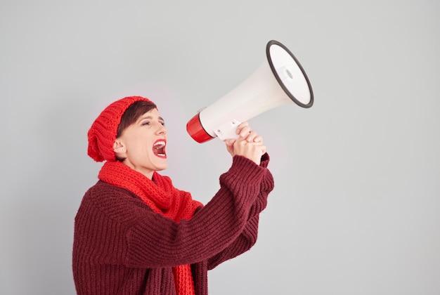 Mulher anunciando o inverno